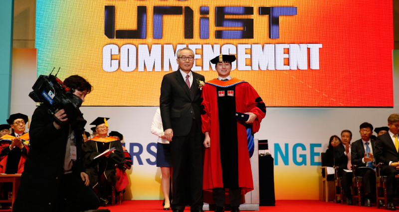 [2019 Commencement] 'Yebong Best Dissertation Award' by Former President Moo Je Cho