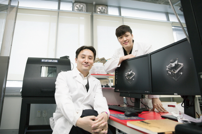 Prof. Jang-Ung Park (School of Materials Science and Engineering)and his researcher Byeong-Wan An (right)